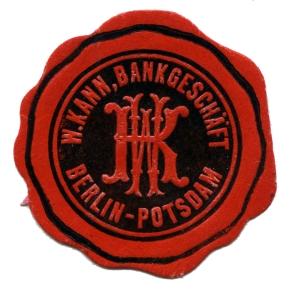 """Original Siegel / Verschlussmarke """"W. Kann, Bankgeschäft Berlin-Potsdam"""" rot, schwarz, geprägt © Potsdam Museum - Forum für Kunst und Geschichte"""