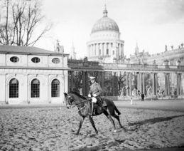 Ernst Eichgrün: Kronprinz Wilhelm zu Pferde im Potsdamer Lustgarten © Potsdam Museum - Forum für Kunst und Geschichte