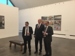 Joachim Liebe führt Jann Jakobs, Dietmar Woidke und Matthias Platzeck durch seine Ausstellung VERGESSEN.