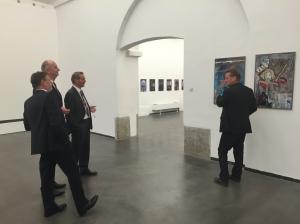 Prominente Gäste im Kunstraum Potsdam: Oberbürgermeister Jann Jakobs, der amtierende Ministerpräsident Dietmar Woidke und sein Vorgänger Matthias Platzeck schauen sich Joachim Liebes Fotos an.