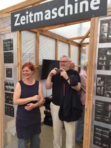 Judith Granzow (Potsdam Museum) und der Fotograf Manfred Hamm vor der Zeitmaschine.