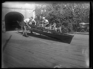 """Eines der klubeigenen Ruderboote vor dem Bootsschuppen des """"Vineta"""